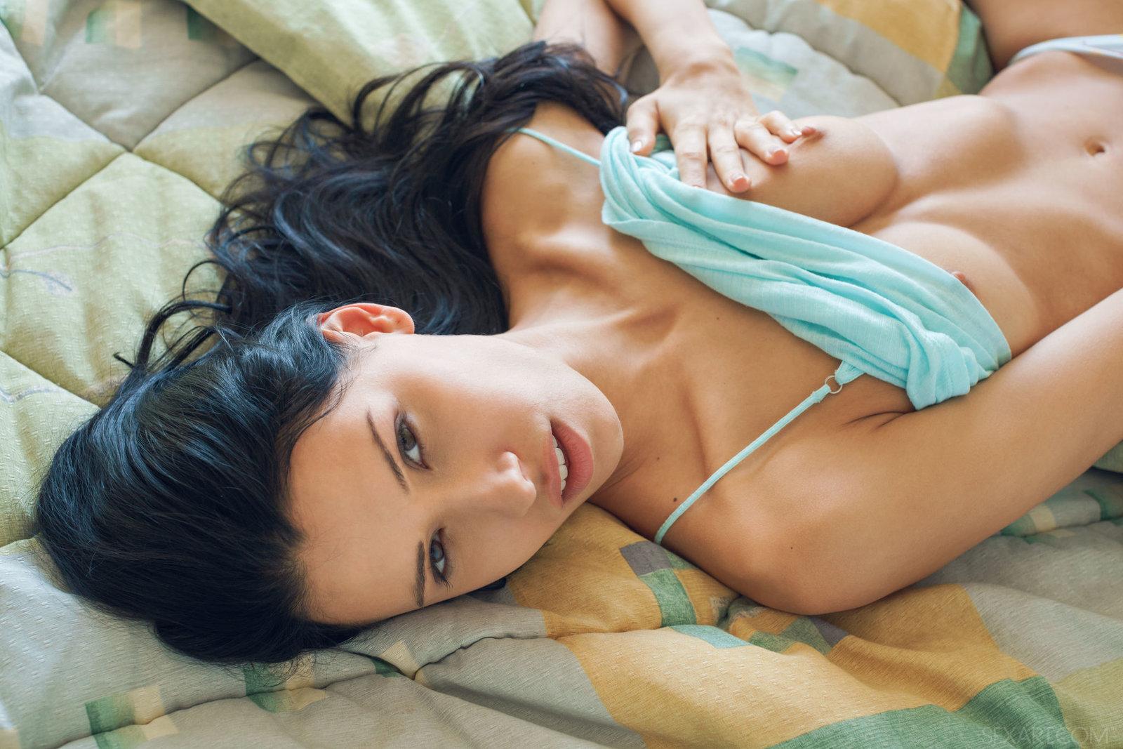 Zdjęcie porno - 094 - Chuda łania na łóżku