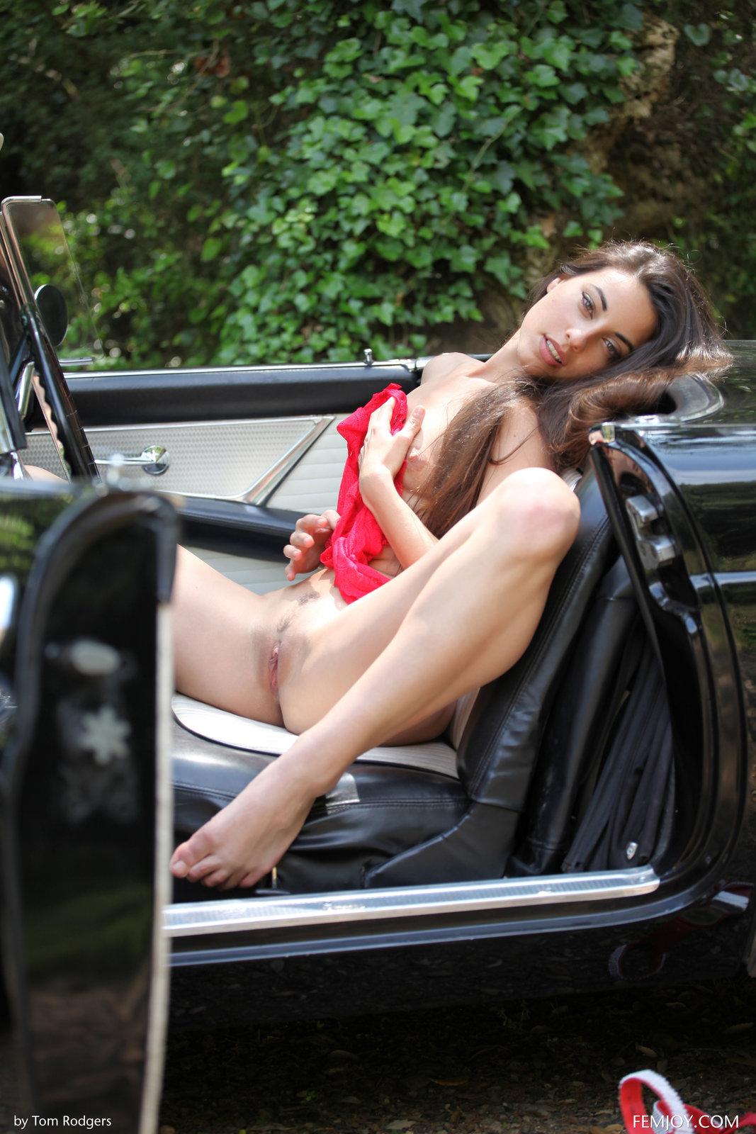 Zdjęcie porno - 0519 - Wypina swą dupcię przy furze
