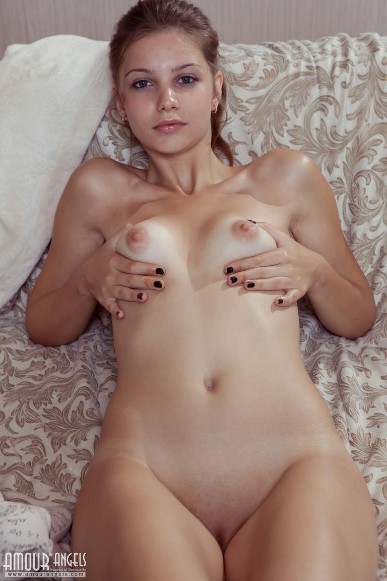 Zdjęcie porno - 061 - Pieści się po małym biuście