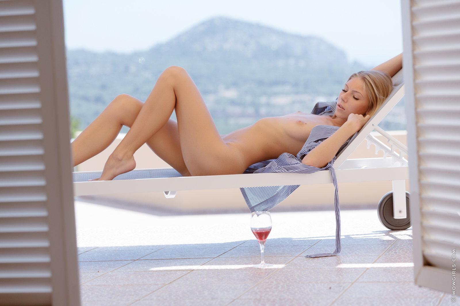 Zdjęcie porno - 042 - Zgrabna ślicznotka pije winko