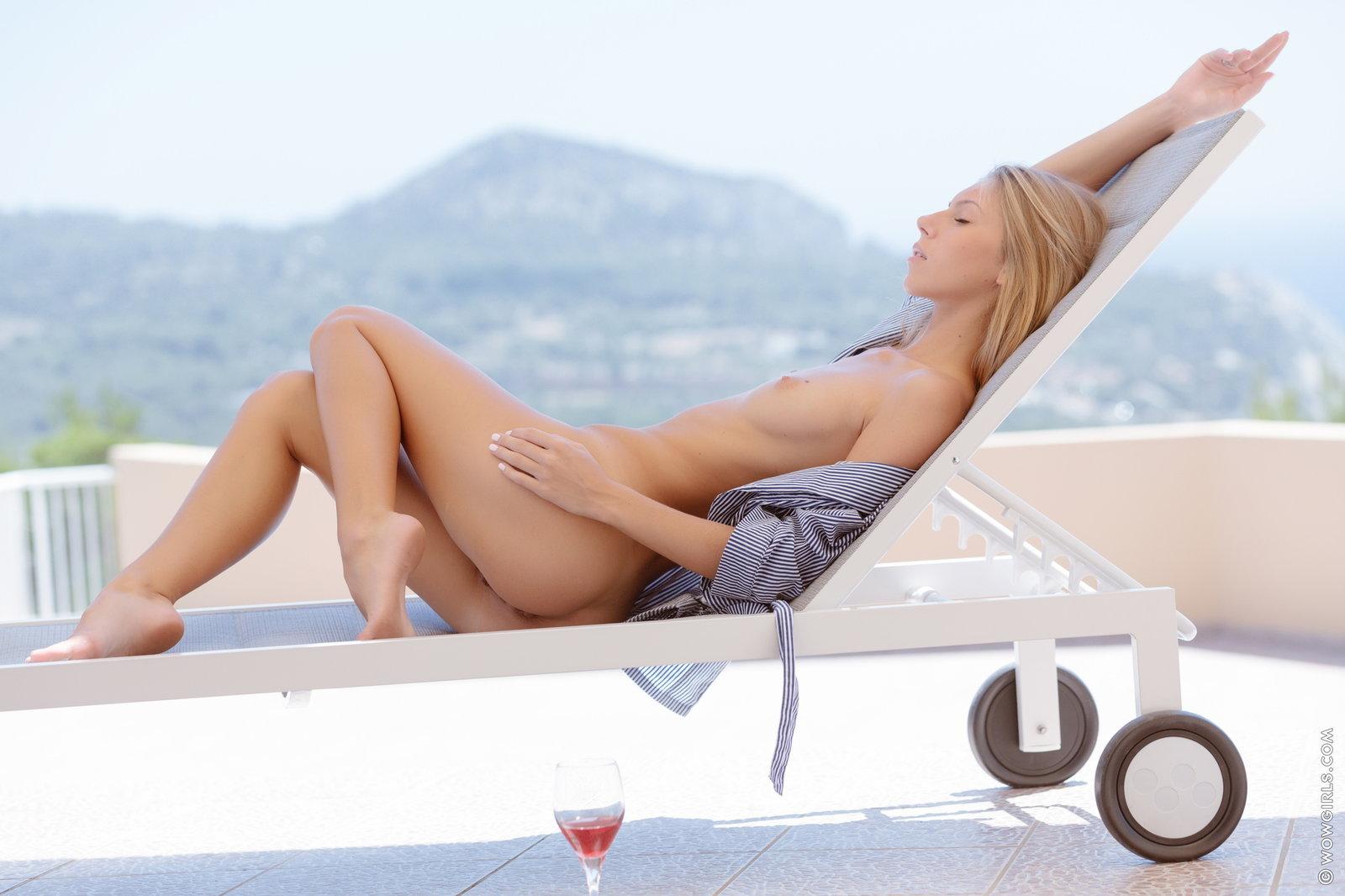 Zdjęcie porno - 053 - Zgrabna ślicznotka pije winko