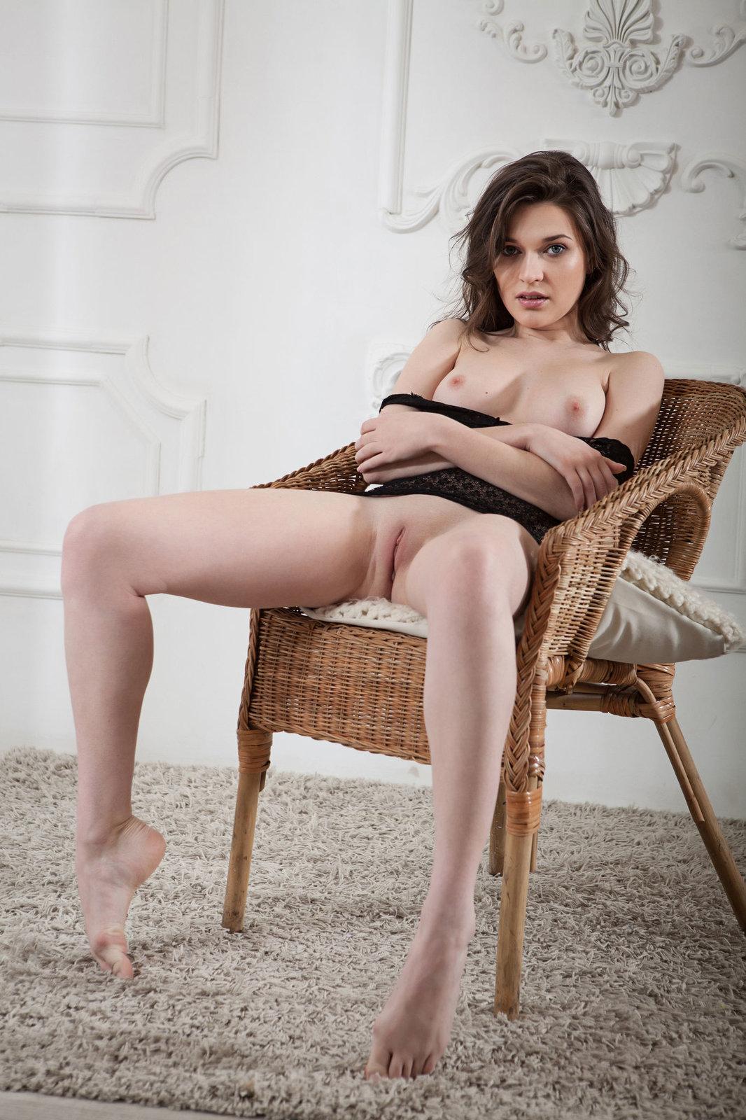 Zdjęcie porno - 075 - Silikonowa niunia na krześle