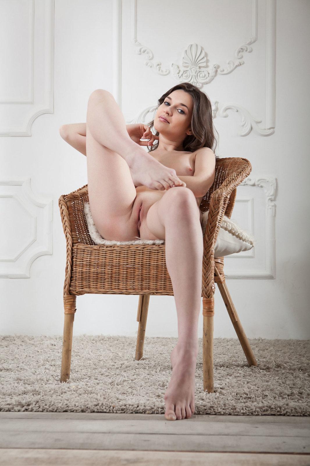 Zdjęcie porno - 104 - Silikonowa niunia na krześle