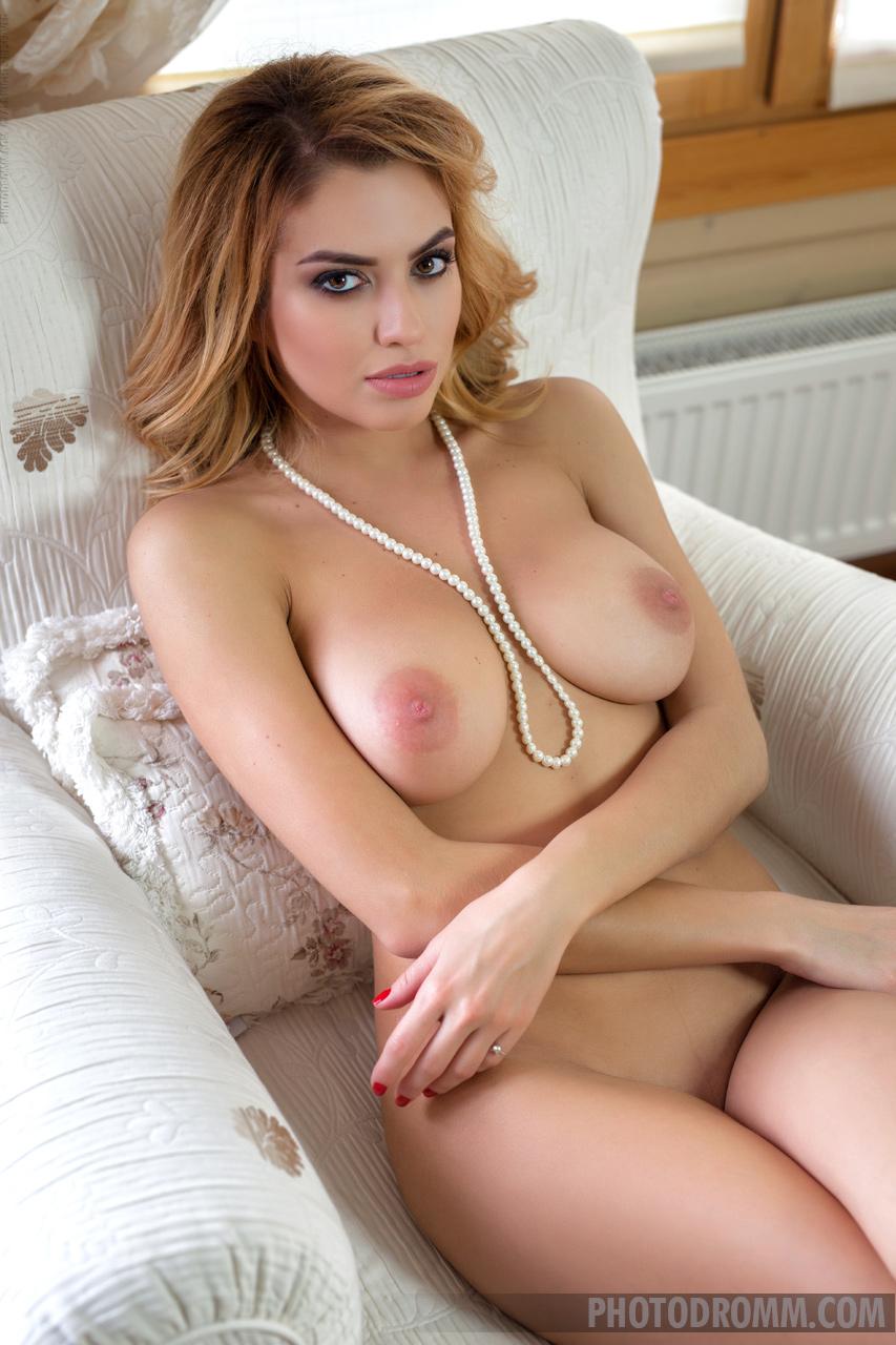 Zdjęcie porno - 1114 - Blondi klęczy na wyrku