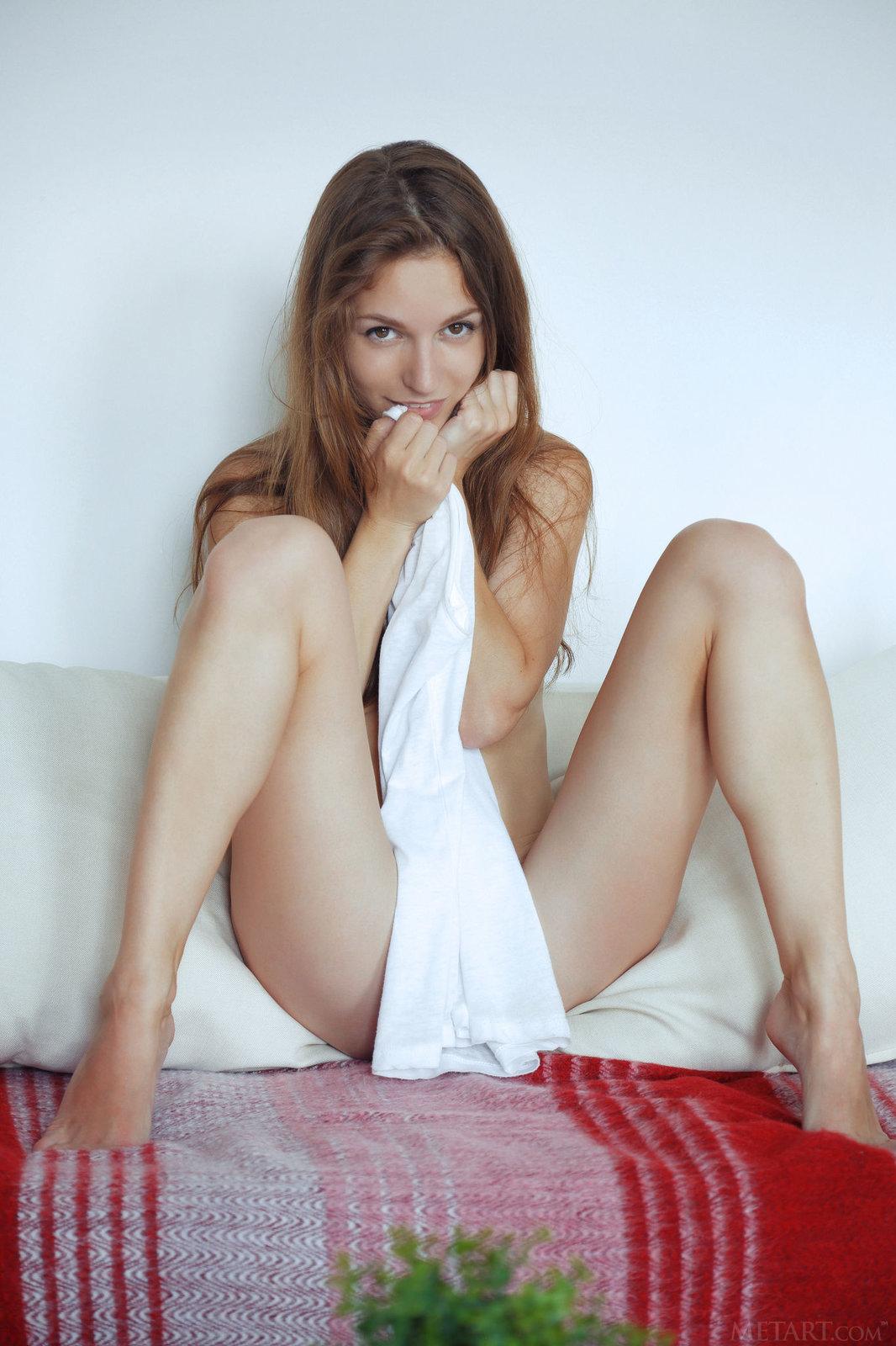 Zdjęcie porno - 131 - Mała laseczka na kanapie
