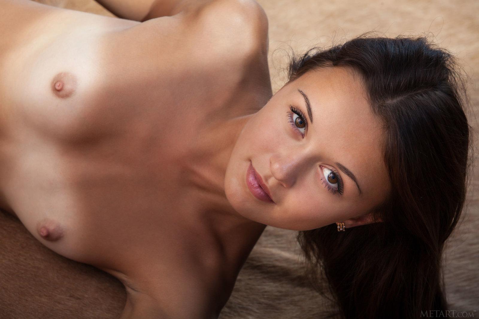 Zdjęcie porno - 056 - Naga wypina małą dupkę