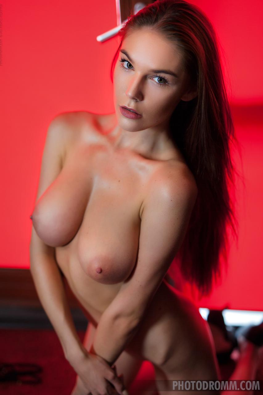 Zdjęcie porno - 062 - suczka zdejmuje stanik