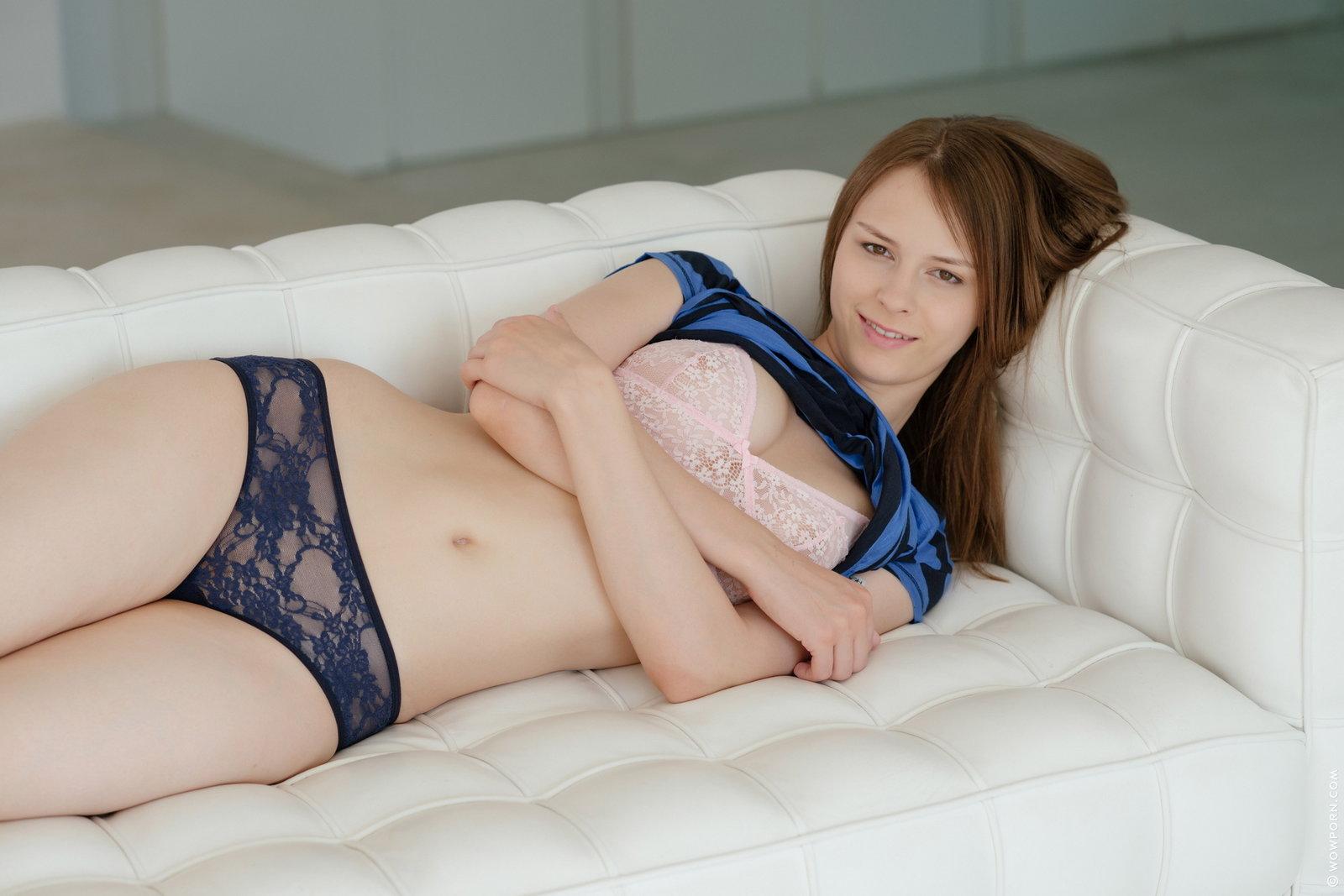 Zdjęcie porno - 0832 - Niunia rozbiera się na białej kanapie