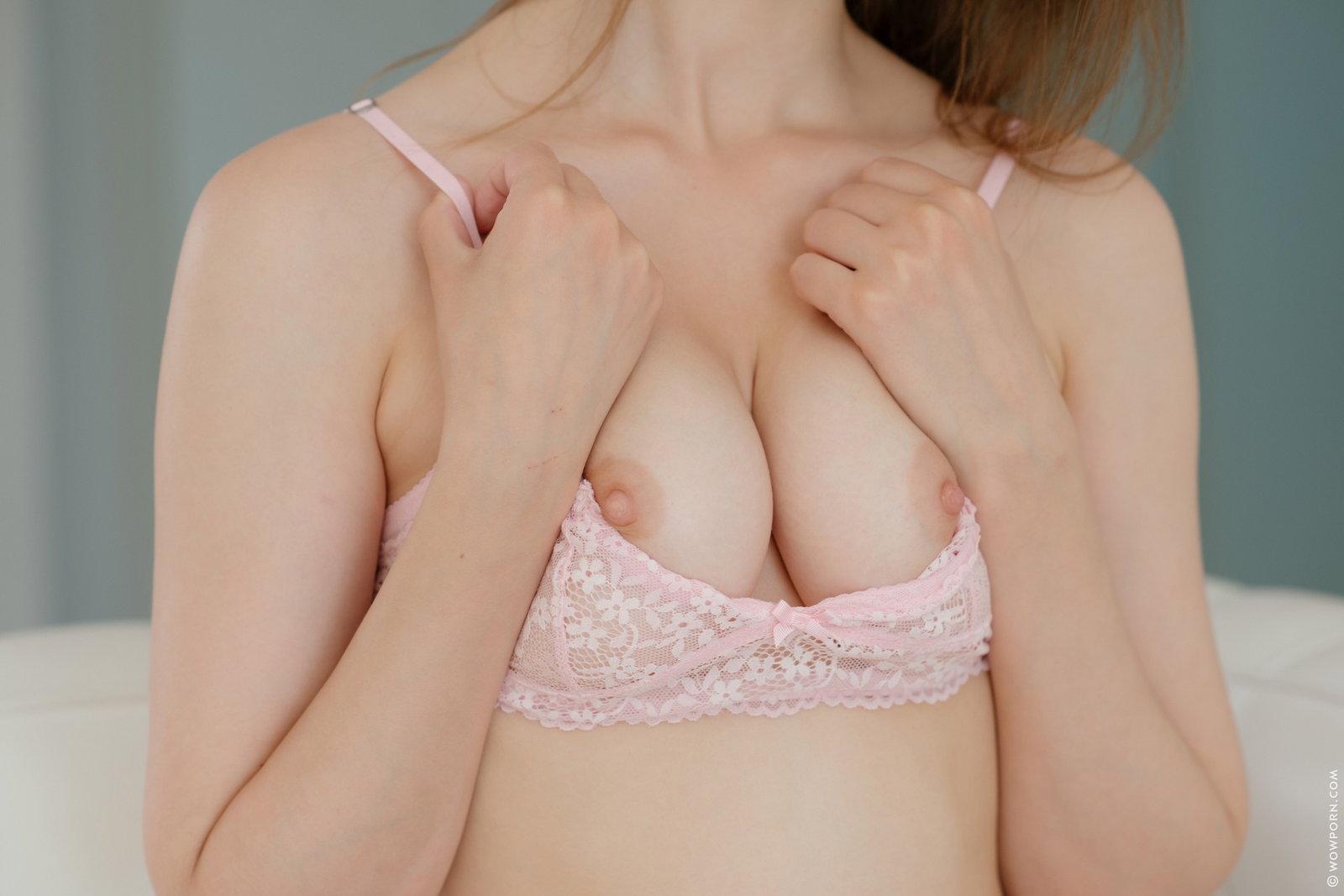 Zdjęcie porno - 1130 - Niunia rozbiera się na białej kanapie