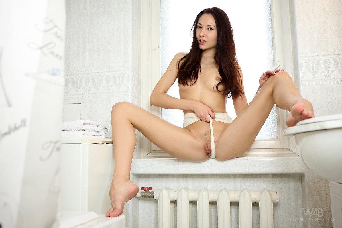 Zdjęcie porno - 119 - Brunetka wypina małą pupeczkę