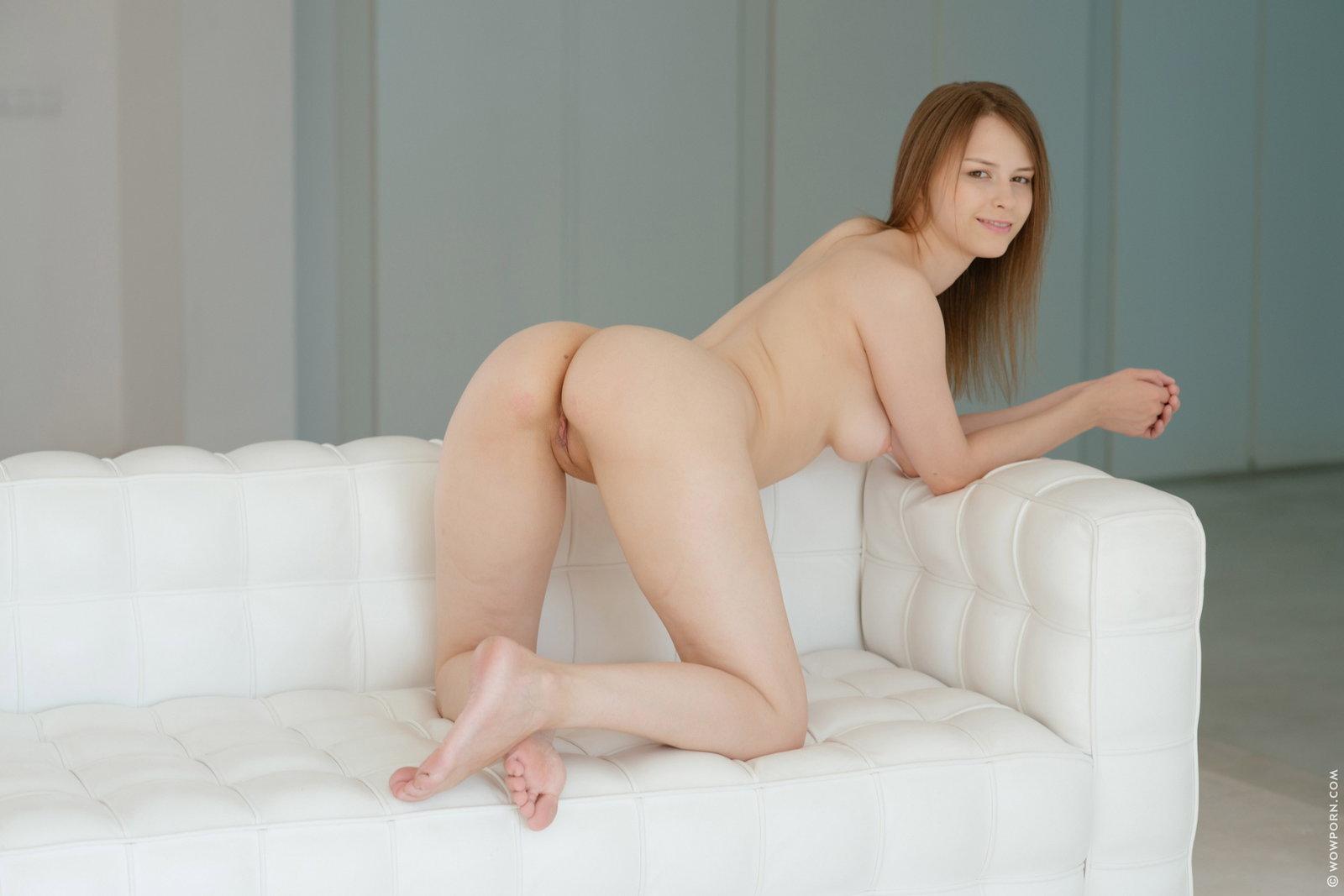 Zdjęcie porno - 147 - Niunia rozbiera się na białej kanapie