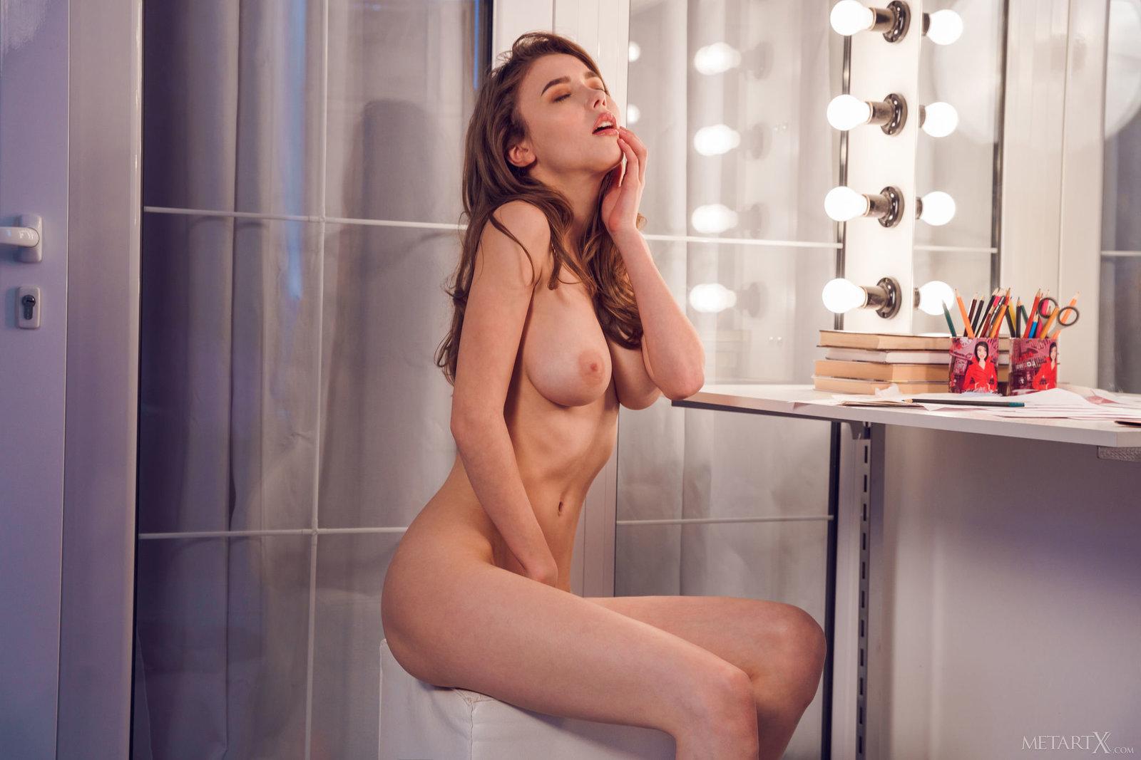 Zdjęcie porno - 143 - Laska zdejmuje spódniczkę