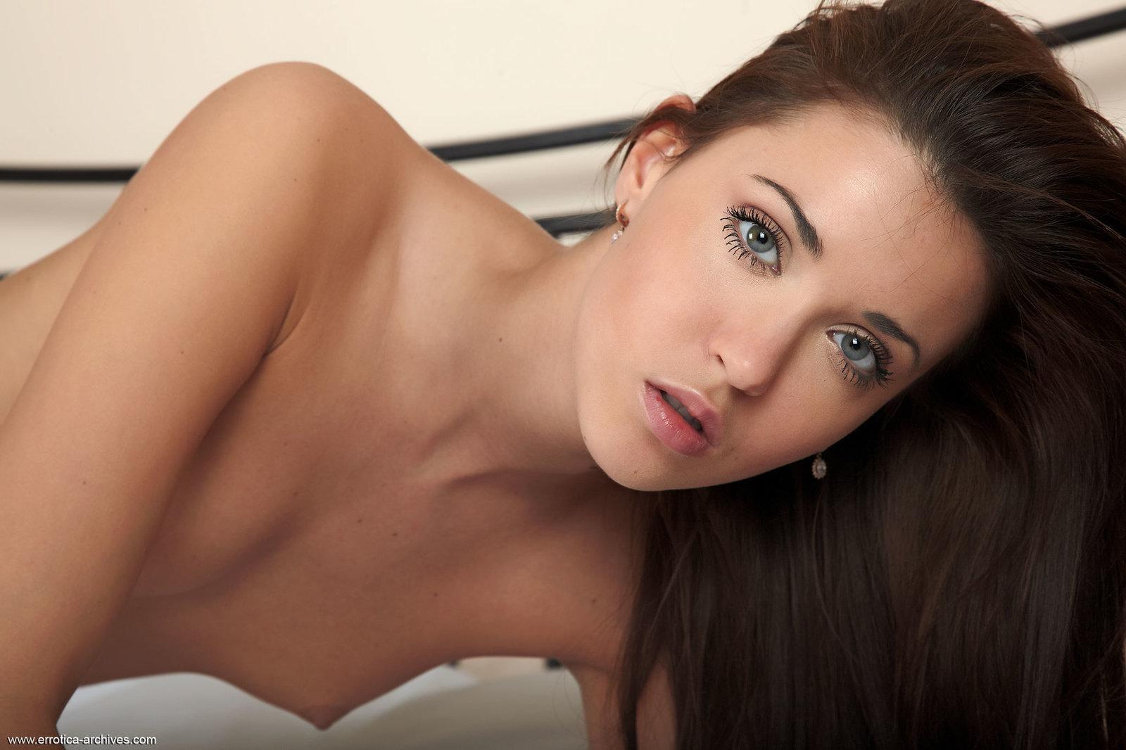 Zdjęcie porno - 1118 - Naga suczka w sypialni