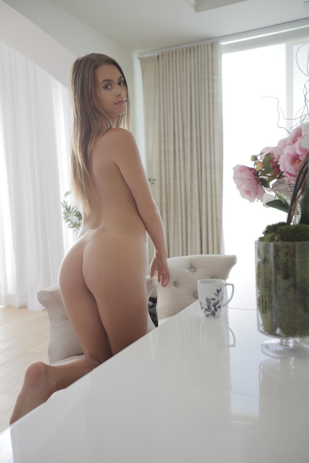Zdjęcie porno - 1121 - Laska zdejmuje bieliznę