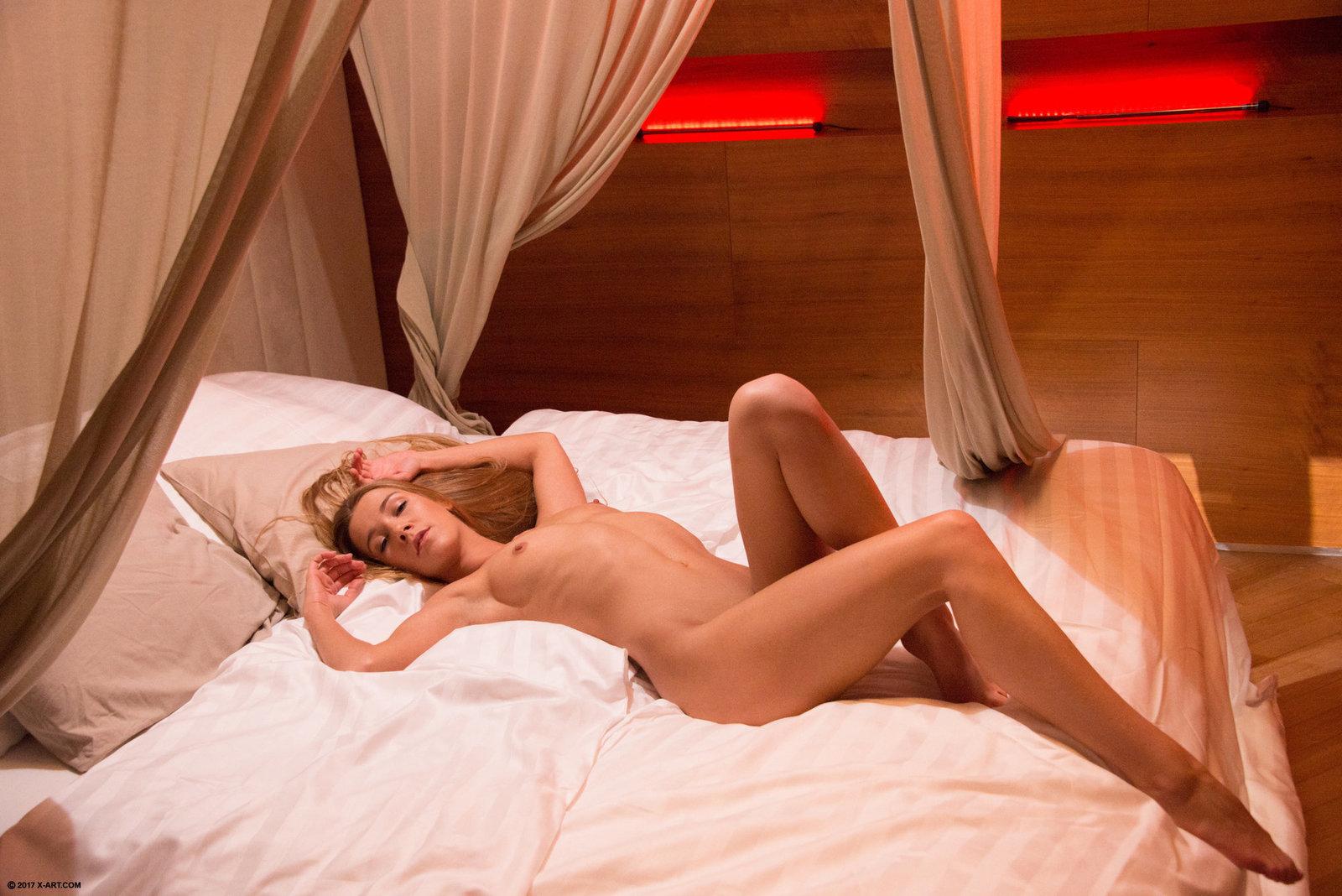 Zdjęcie porno - 072 - Płaska laska na łóżku