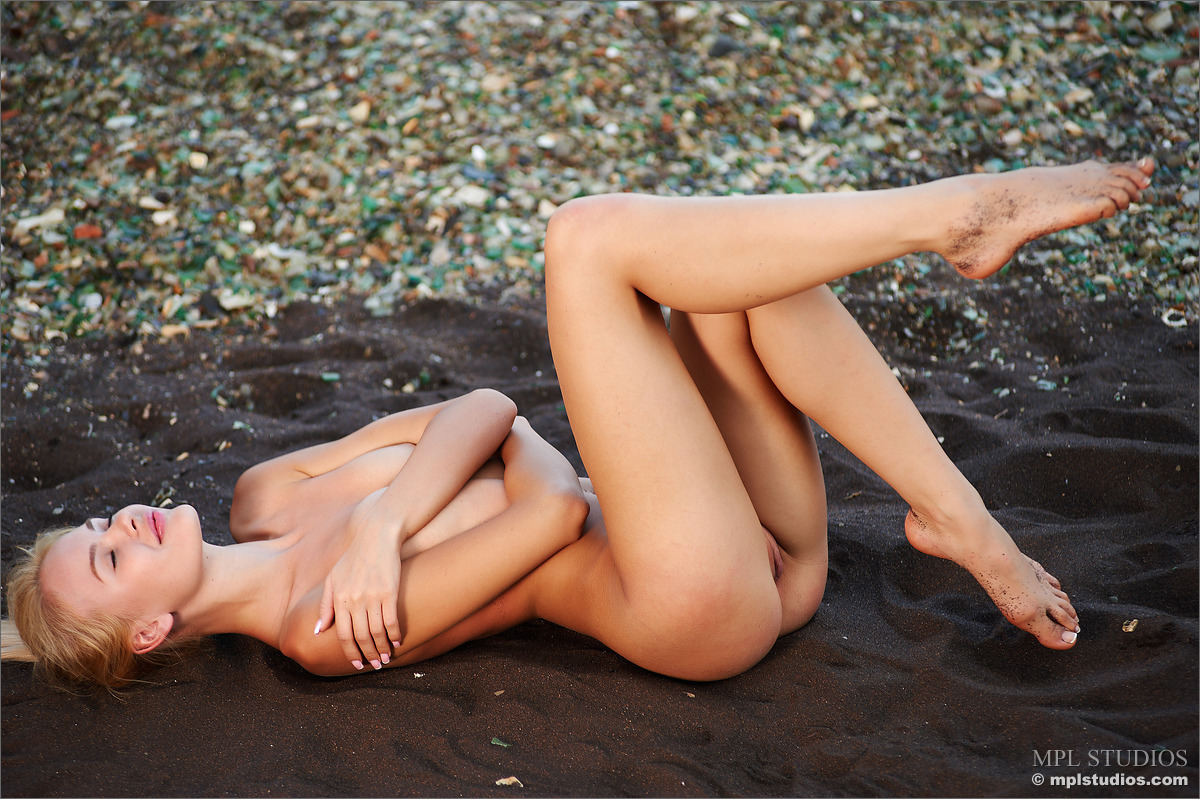 Zdjęcie porno - 0925 - Naga na gorącym piasku