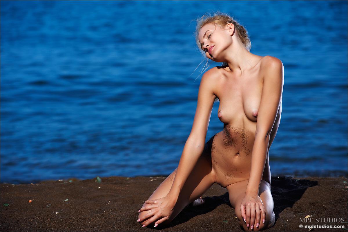 Zdjęcie porno - 1022 - Naga na gorącym piasku