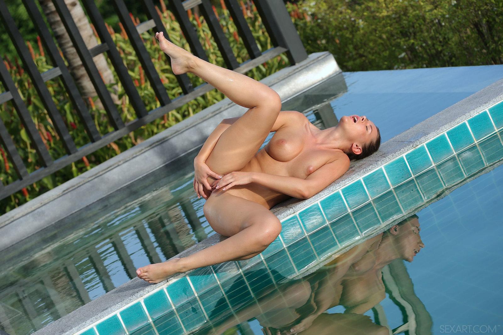 Zdjęcie porno - 111 - Laska pieści się przy basenie