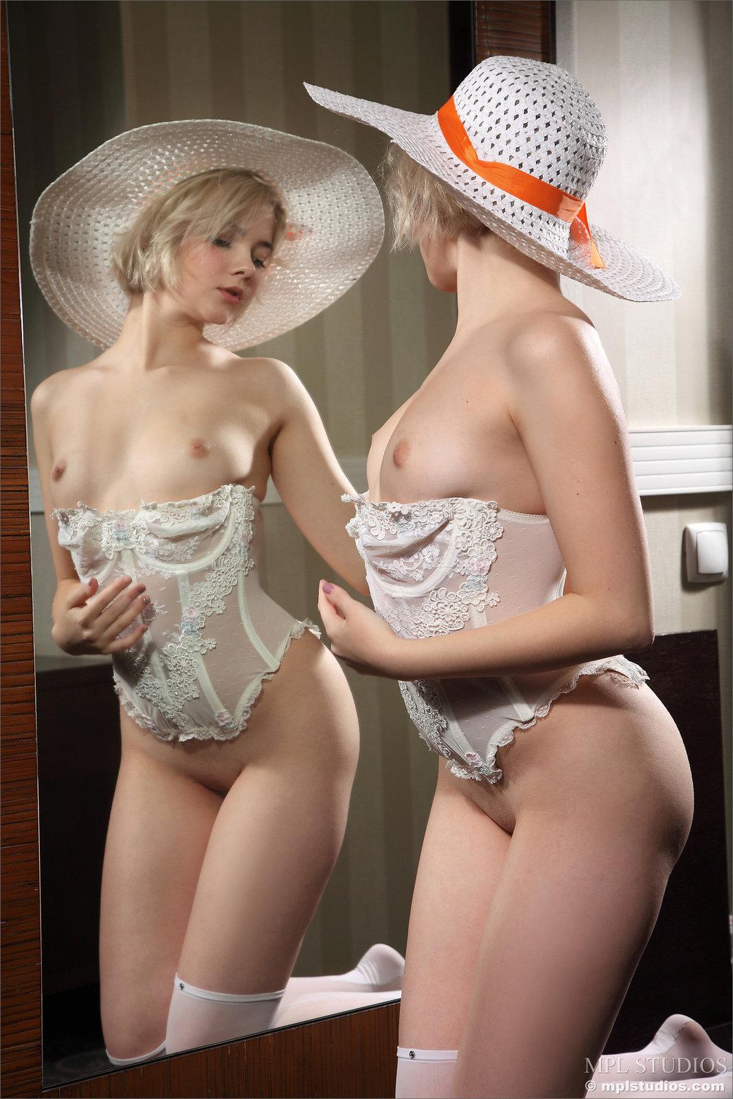 Zdjęcie porno - 1121 - Mała suczka przed lustrem