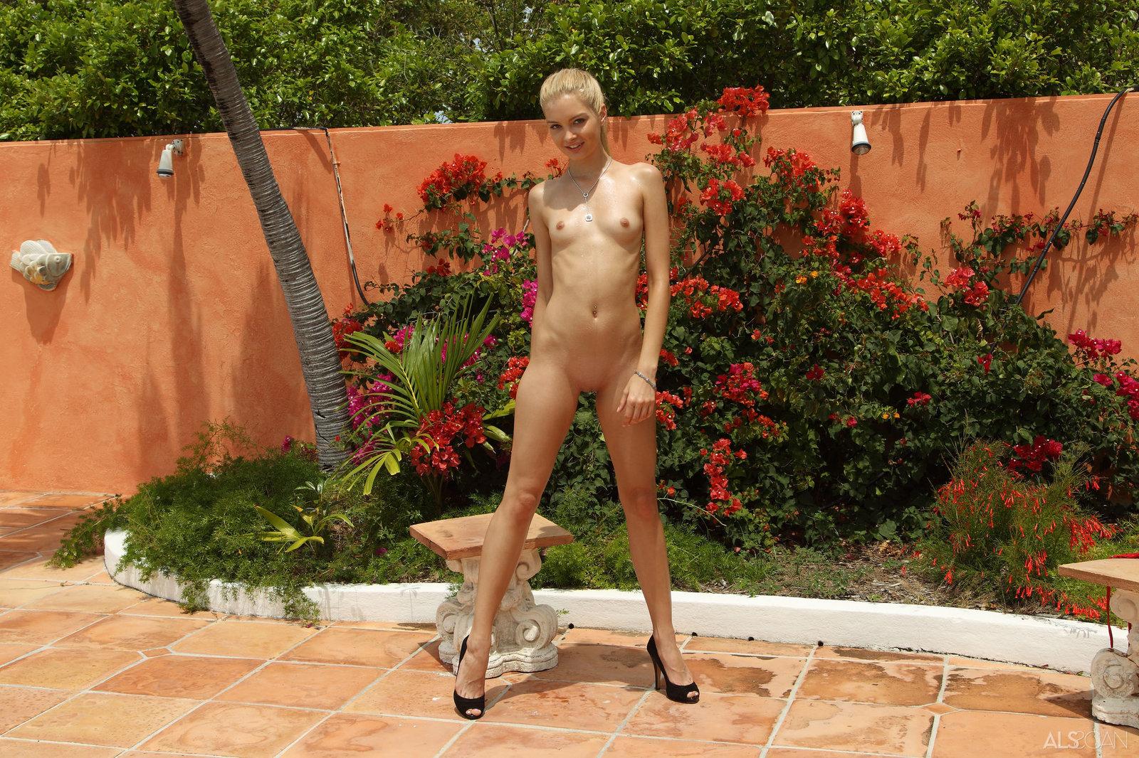 Zdjęcie porno - 12 2 - W czerwonym bikini