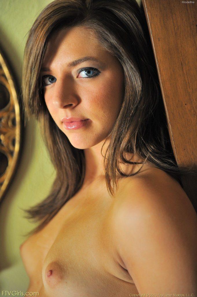 Zdjęcie porno - 09 2 681x1024 - Ślicznotka na komodzie