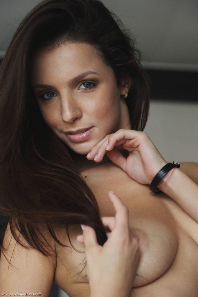 Zdjęcie porno - 05 3 682x1024 - Niebieskooka brunetka