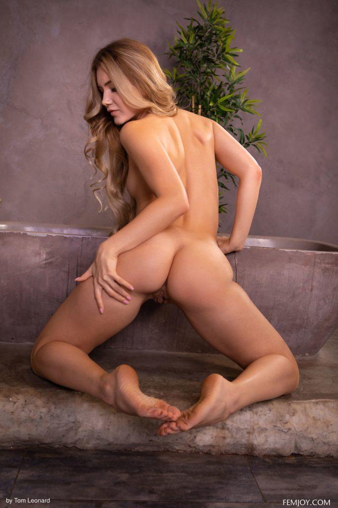 Zdjęcie porno - 12 5 683x1024 - Urocza blondyneczka