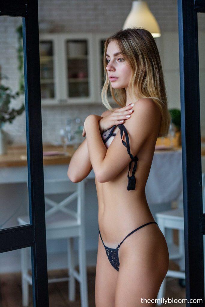 Zdjęcie porno - 05 1 683x1024 - W prześwitującej bieliźnie